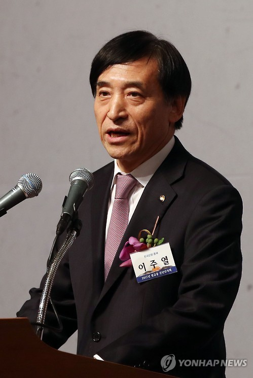 In this photo taken on Jan. 3, 2017, Bank of Korea Governor Lee Ju-yeol delivers a New Year speech to leaders from financial companies at a hotel in Seoul. (Yonhap)