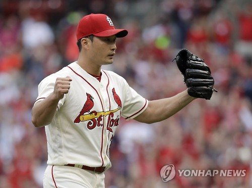 In this Associated Press file photo taken on Oct. 1, 2016, Oj Seung-hwan of the St. Louis Cardinals celebrates his 19th save against the Pittsburgh Pirates in St. Louis. (Yonhap)