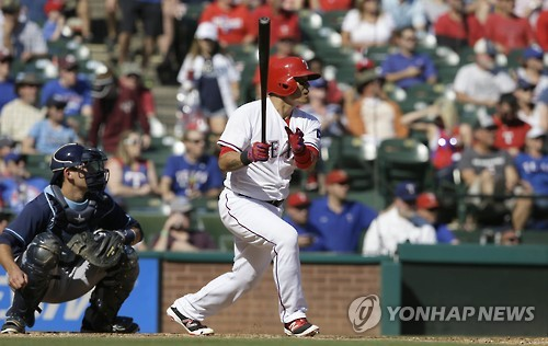 In this Associated Press file photo taken on Oct. 2, 2016, Choo Shin-soo of the Texas Rangers singles against the Tampa Bay Rays at Globe Life Park in Arlington, Texas. (Yonhap)