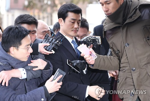 Lee Young-sun (C) is surrounded by reporters as he arrives at the Constitutional Court in Seoul on Jan. 12, 2017. (Yonhap)