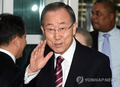 Former U.N. Secretary-General Ban Ki-moon waves as he arrives at Incheon International Airport, west of Seoul, on Jan. 12, 2017. (Yonhap)