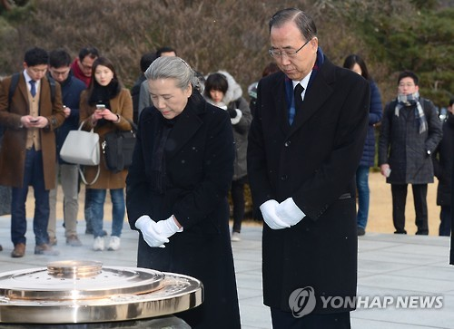 Former U.N. Secretary-General Ban Ki-moon (R), along with his wife Yoo Soon-taek, offers a silent prayer to pay tribute to South Korean patriotic martyrs at the National Cemetery in Seoul on Jan. 13, 2017, one day after he returned home from New York. (Yonhap)