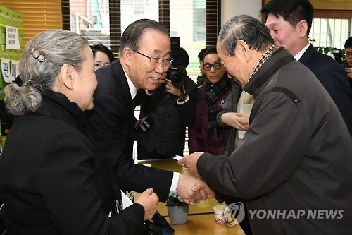 Former U.N. Secretary-General Ban Ki-moon (2nd from L) shakes hands with a citizen during his visit to a community center in Sadang-dong, southern Seoul, on Jan. 13, 2017. (Yonhap)