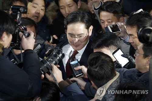 Lee Jae-yong, vice chairman of Samsung Electronics Co., leaves the special prosecutor's office in Seoul on Jan. 13, 2017, after 22 hours of questioning over allegations Samsung Group offered financial aid to President Park Geun-hye's longtime friend Choi Soon-sil, the woman at the center of a massive corruption scandal, in return for business favors. (Yonhap)