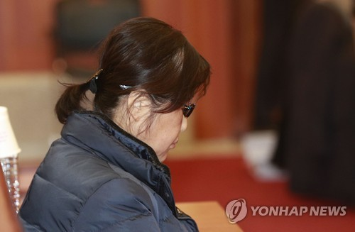 Choi Soon-sil is seated inside the Constitutional Court in Seoul ahead of the fifth hearing of President Park Geun-hye's impeachment trial on Jan. 16, 2017. (Yonhap)