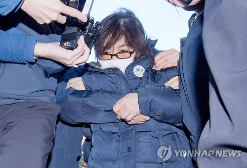 Choi Soon-sil, the woman at the center of a widening corruption scandal involving President Park Geun-hye, arrives at the Constitutional Court in Seoul on Jan. 16, 2017. (Yonhap)