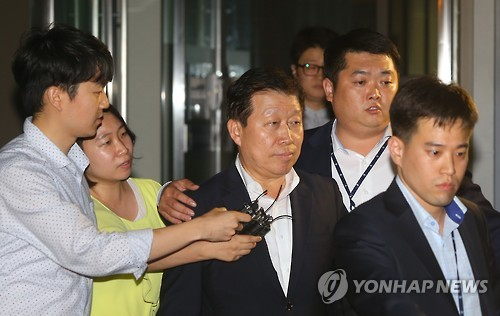 This photo, taken on July 9, 2016, shows Ko Jae-ho, a former head of Daewoo Shipbuilding & Marine Engineering Co., walking out of the Seoul Central District Prosecutors' Office in Seoul. (Yonhap)