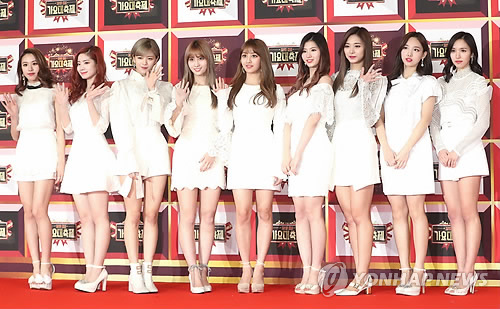 Girl group TWICE poses for photos at the 2016 KBS Music Festival in Seoul on Dec. 29, 2016. (Yonhap)
