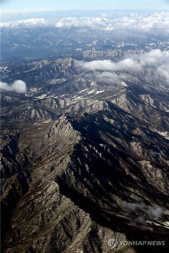 This file photo, shot from the sky on Dec. 27, 2015, shows the Mount Taebaek Ridge. (Yonhap)