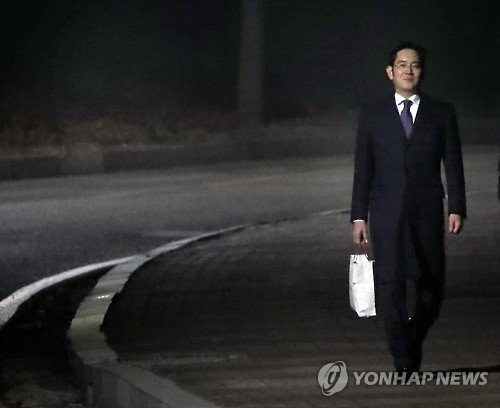 Samsung Electronics Vice Chairman Lee Jae-yong walks towards the main gate of the Seoul Detention Center, south of Seoul, on Jan. 19, 2017. (Yonhap)