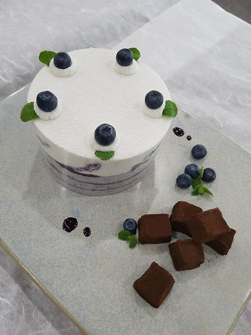 Blueberry rice cake and chocolate by Kim Il-hwa