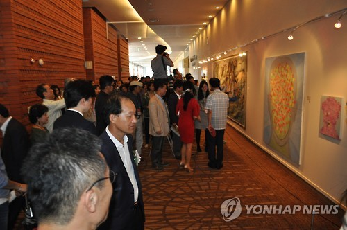 People watch artworks during the 2015 PyeongChang Biennale at the PyeongChang Alpensia in Gangwon Province, on July 23, 2015. (Yonhap)