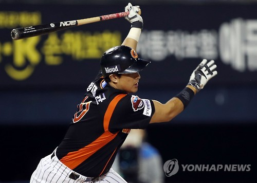 In this file photo taken on Oct. 4, 2016, Hwang Jae-gyun, then of the Lotte Giants in the Korea Baseball Organization, delivers a single against the Doosan Bears at Jamsil Stadium in Seoul. (Yonhap)