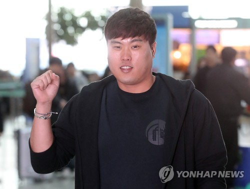 Ryu Hyun-jin of the Los Angeles Dodgers poses for pictures at Incheon International Airport before departing for the United States on Jan. 25, 2017. (Yonhap)