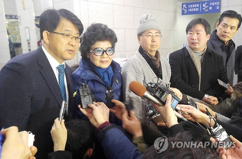 Representatives from Buseok Temple in Seosan, 151 kilometers south of Seoul, speak to the press at the Daejeon District Court in Daejeon, 164 kilometers south of Seoul, on Jan. 26, 2017. (Yonhap)
