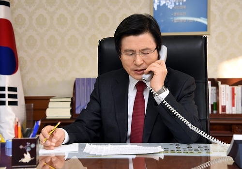 South Korea's Acting President and Prime Minister Hwang Kyo-ahn speaks with U.S. President Donald Trump over the phone at his office in Seoul on Jan. 30, 2017, in this photo, released by the Prime Minister's Office. (Yonhap)