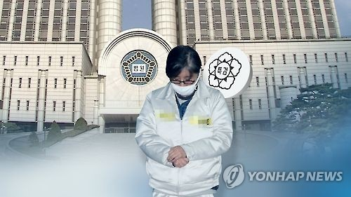 This image, provided by Yonhap News TV, shows Choi Soon-sil, President Park Geun-hye's longtime confidante at the center of a corruption scandal, and the building of a district court in Seoul. (Yonhap)