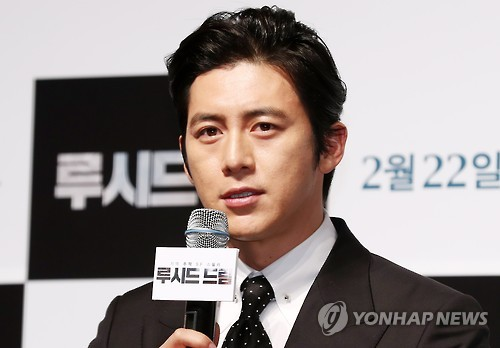 """Actor Go Soo speaks during a news conference for the Korean sci-fi thriller """"Lucid Dream"""" at the CGV-Apgujeong theater in southern Seoul on Feb. 2, 2017. (Yonhap)"""