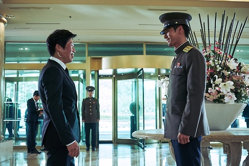 """Actors Yoo Hae-jin and Hyun Bin as South and North Korean cops in the Korean comedy-action film """"Confidential Assignment."""" This image was provided by its distributor CJ Entertainment. (Yonhap)"""
