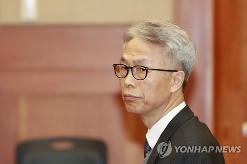 Jeong Hyun-sik, former secretary-general of K-Sports Foundation, looks around inside a courtroom at the Constitutional Court in Seoul on Feb. 7, 2017. (Yonhap)