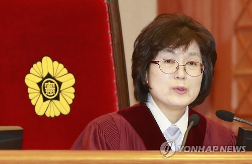 Acting Chief Justice Lee Jung-mi speaks during the 11th hearing of President Park Geun-hye's impeachment trial at the Constitutional Court in Seoul on Feb. 7, 2017. (Yonhap)