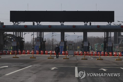 A lone South Korean official guards the border gate to North Korea on Feb. 6, 2017. The gateway to the joint industrial complex in Kaesong, North Korea has remained closed since February 2016 when Seoul announced a shutdown of the complex in retaliation for North Korea's military provocations that included a nuclear test and missile launches. (Yonhap)