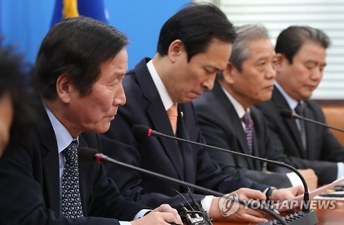 Chung Ki-seop (L), a joint head of an emergency committee for 124 South Korean firms that once operated in Kaesong, speaks in a special meeting with Rep. Woo Sang-ho (2nd from L), floor leader of the main opposition Democratic Party, held in Seoul on Jan. 12, 2017. (Yonhap)