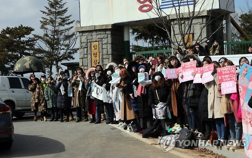 Fans wait for BIGBANG's T.O.P and JYJ's Kim Jun-su to arrive at the military training camp in Nonsan, South Chungcheong Province, on Feb. 9, 2017. (Yonhap)
