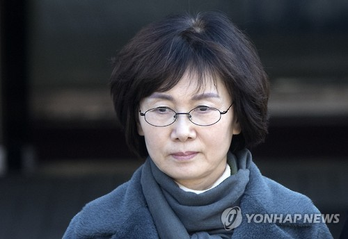 Choi Kyung-hee, a former president of Ewha Womans University, leaves the Seoul Central District Court on Feb. 14, 2017, after a hearing on the legality of her detention. The court issued a warrant to formally arrest her the next day on charges of giving undue favors to the daughter of President Park Geun-hye's close friend. (Yonhap)