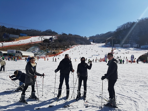 Sutrisno Zhan (third from R), 23, and his 29-year-old sister Jusniar (second from R) pose for a picture before trying to ski for the first time in their lives at Vivaldi Park in Hongcheon, South Korea, on Feb. 12, 2017. (Yonhap)