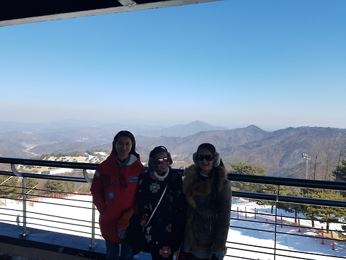 Tourists from Bangkok enjoy a scenic view at a ski resort in South Korea's Hongcheon on Feb. 13, 2017. From left to right, they are Noon, Jeap and Ple. (Yonhap)