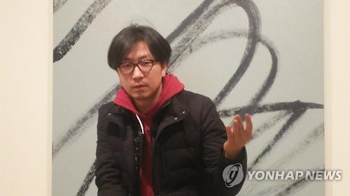 """Artist Lee Wan talks during a press briefing on his new solo exhibition """"A Diligent Attitude Towards a Meaningless Thing"""" at 313 Art Project in Seoul on Feb. 15, 2017. (Yonhap)"""