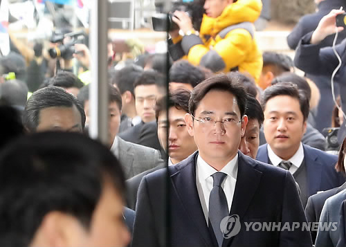 Lee Jae-yong, vice chairman of Samsung Electronics Co., enters the Seoul Central District Court in southern Seoul on Feb. 16, 2017, to attend a hearing on the legitimacy of his arrest sought for the second time by special prosecutors for alleged bribery involving impeached President Park Geun-hye and related to the merger of two of Samsung's affiliates. (Yonhap)