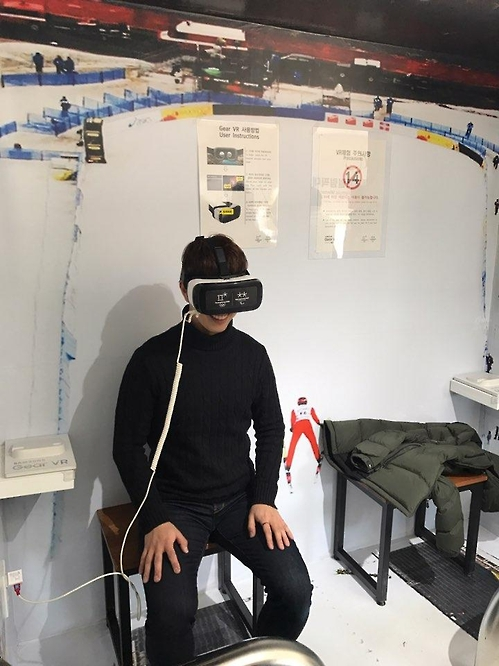 A visitor tries out a virtual reality (VR) gadget at a promotion center of the 2018 PyeongChang Olympic Games located in PyeongChang, about 180 kilometers east of Seoul, on Feb. 16, 2017. (Yonhap)