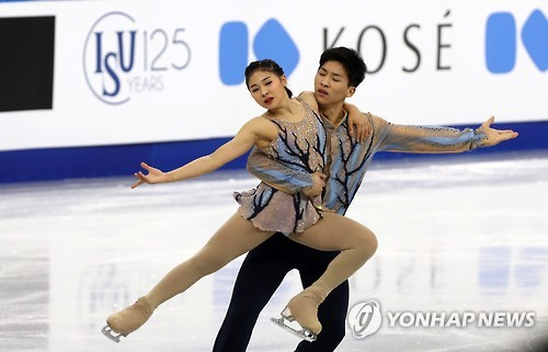 South Korea's Kim Su-yeon (L) and Kim Hyung-tae perform during their pairs free skating program at the ISU Four Continents Figure Skating Championships in Gangneung, Gangwon Province, on Feb. 18, 2017.