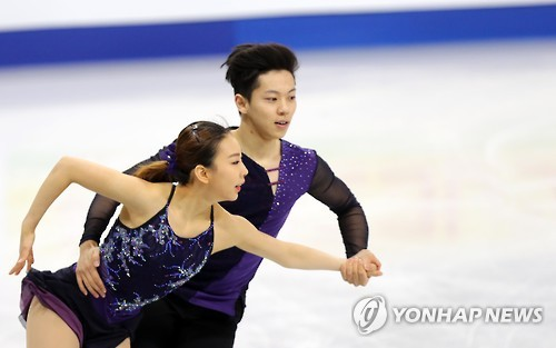 South Korea's Kim Kyu-eun (L) and Kam Kang-chan perform during their pairs free skating program at the ISU Four Continents Figure Skating Championships in Gangneung, Gangwon Province, on Feb. 18, 2017. (Yonhap)
