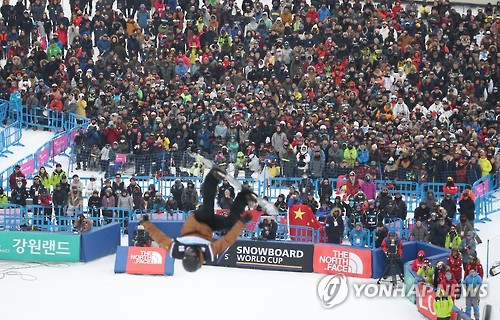 Fans watch a performance of a freestyle snowboarder at FIS Snowboard World Cup at Phoenix Snow Park in PyeongChang, Gangwon Province, on Feb. 19, 2017. (Yonhap)