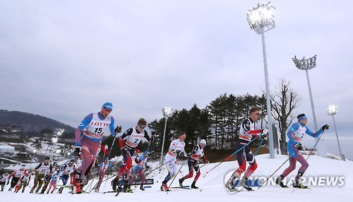 Cross-country skiers compete in men's skiathlon event at the FIS Cross-Country World Cup in PyeongChang, Gangwon Province, on Feb. 4, 2017. (Yonhap)