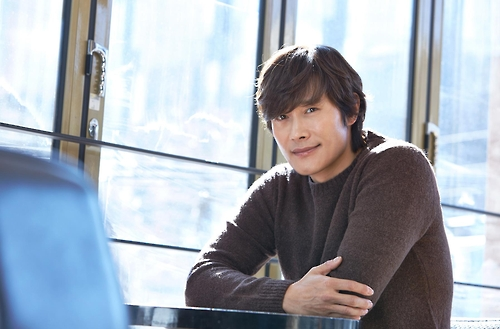 Actor Lee Byung-hun poses for the camera in this photo provided by Warner Bros. Korea on Feb. 20, 2017. (Yonhap)