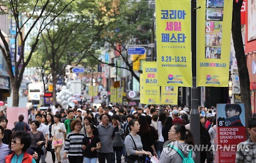 This file photo dated Oct. 13, 2016, captures a street in Myeongdong, a popular shopping site for foreign tourists, packed with crowds during the Korea Sale Festa. (Yonhap)