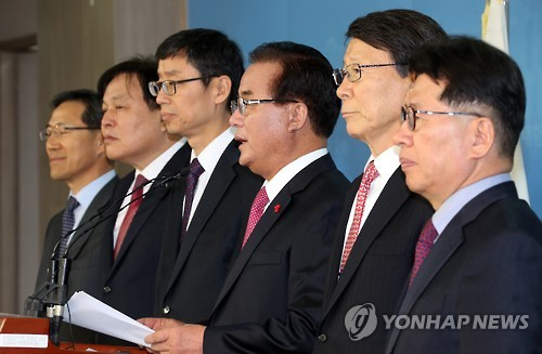 Independent lawmaker Jeong Kab-yoon (third from R) holds a press conference at the National Assembly in Seoul on Feb. 14, 2017, expressing his opposition to an opposition-proposed revision to the commercial act, saying the revision will change the law for the worse. (Yonhap)
