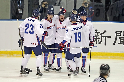 In this photo provided by the Korea Ice Hockey Association, South Korean forward Michael Swift (C) celebrates his goal against Japan with his teammates during the Asian Winter Games at Tsukisamu Gymnasium in Sapporo, Japan, on Feb. 24, 2017. (Yonhap)