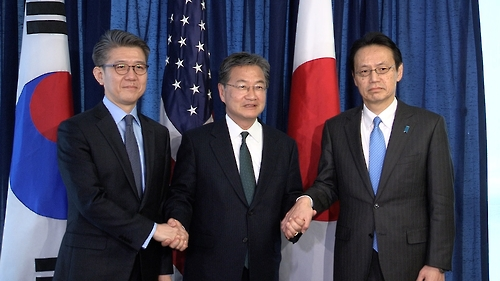 Kim Hong-kyun (L), South Korea's chief envoy on North Korea issues, poses for a photo with his U.S. and Japanese counterparts, Joseph Yun (C) and Kenji Kanasugi (R), during a meeting in Washington on Feb. 27, 2017. (Yonhap)