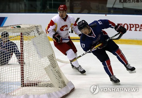 South Korean hockey forward Shin Sang-hoon (R) scores against China at the Asian Winter Games at Tsukisamu Gymnasium in Sapporo, Japan, on Feb. 26, 2017. (Yonhap)