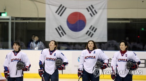South Korean women's hockey players sing the national anthem after a 20-0 victory over Thailand at the Asian Winter Games at Tsukisamu Gymnasium in Sapporo, Japan, on Feb. 18, 2017. (Yonhap)