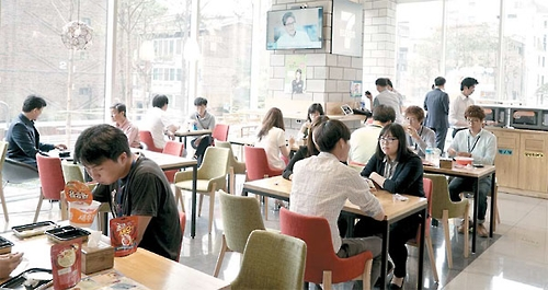 Customers enjoy lunchtime at a cafe run by 7-Eleven in southern Seoul (photo courtesy of 7-Eleven) (Yonhap)