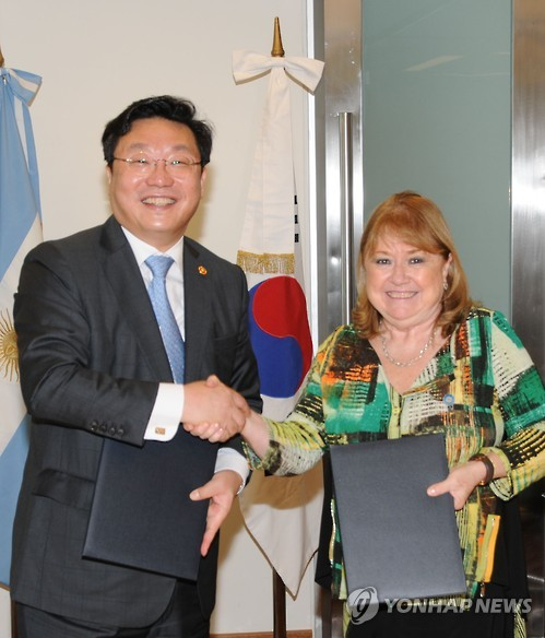 South Korea's Trade Minister Joo Hyung-hwan (L) shakes hands with Susana Malcorra, the foreign minister of Argentina, after signing the joint statement on a trade deal with MERCOSUR in Buenos Aires, Argentina, on March 2, 2017. (Courtesy of the Ministry of Trade, Industry and Energy)