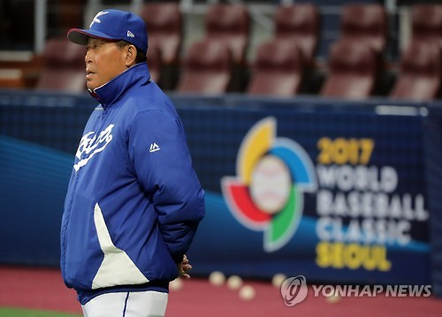 South Korean national baseball manager Kim In-sik watches his team's practice ahead of the World Baseball Classic at Gocheok Sky Dome in Seoul on March 3, 2017. (Yonhap)