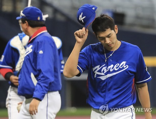 South Korean pitcher Rhee Dae-eun (R) leaves the field during a practice game against Sangmu in preparation for the World Baseball Classic at Gocheok Sky Dome in Seoul on March 2, 2017. (Yonhap)