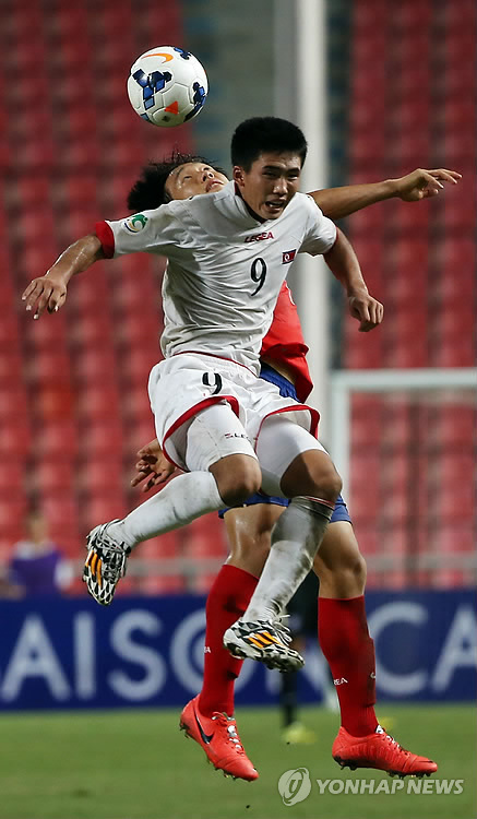 North Korean striker Han Kwang-song (front) is vying for the ball in the final against South Korea at the AFC U-16 Championship in Thailand on Sept. 20, 2014. (Yonhap)